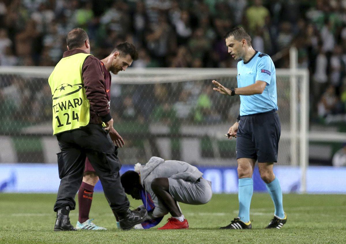 Un aficionado salta a la cancha para besar la zurda mágica de Messi