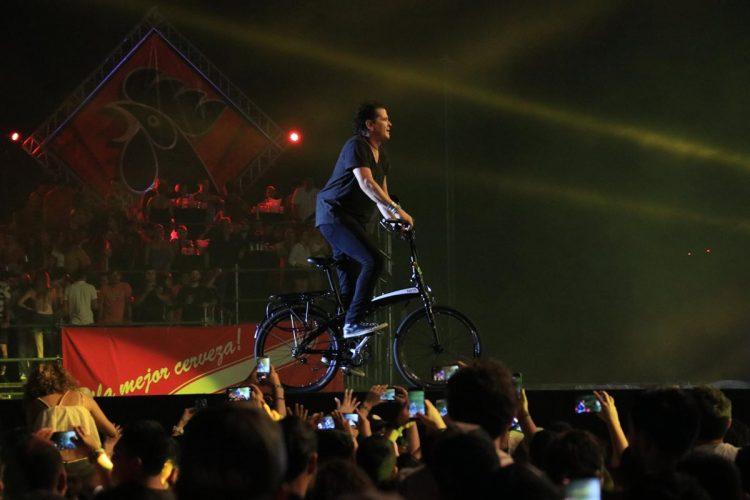 Vives usó una bicicleta en el escenario para ilustrar uno de sus éxitos.