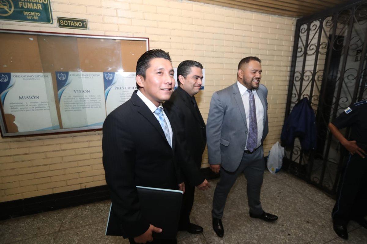 Tres abogados del vicepresidente del Congreso, Felipe Alejos, comparecieron a la Torre de Tribunales. (Foto Prensa Libre: Óscar Rivas)