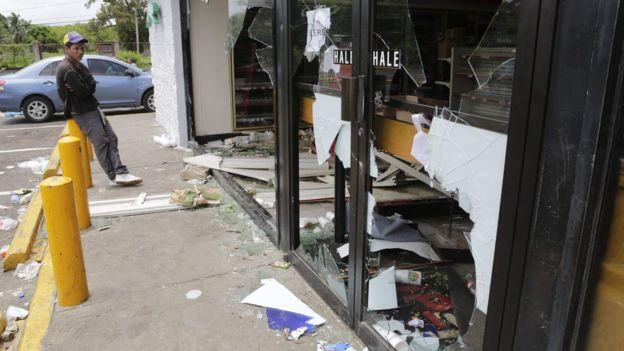 El presidente responsabilizó a los opositores de los actos de violencia que ha habido en el país. Los líderes de los manifestantes culparon de ello a grupos de choque del gobierno. AFP