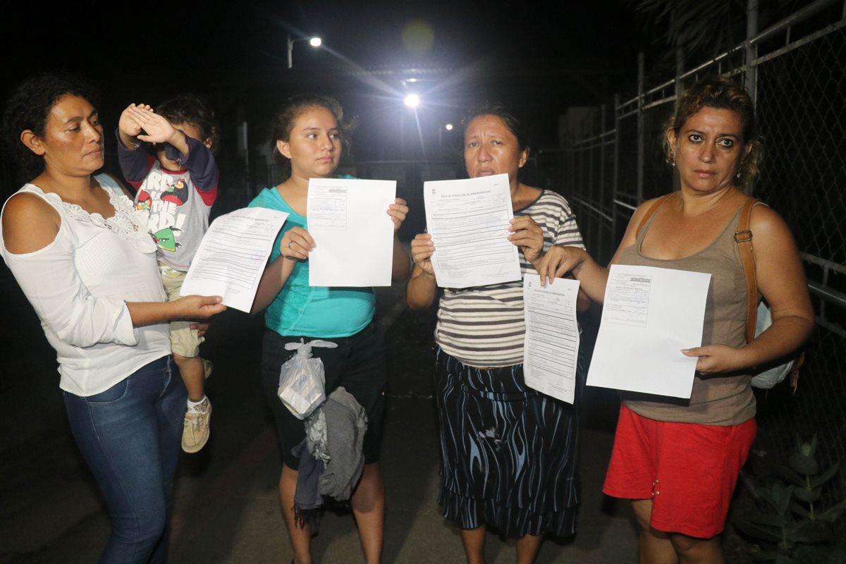 Pacientes muestran recetas que les dieron en la emergencia del hospital del Instituto Guatemalteco de Seguridad Social IGSS en Retalhuleu. (Foto Prensa Libre: Rolando Miranda)