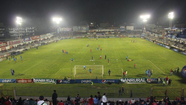 Xelajú MC tiene una deuda de más de 19 años por la energía eléctrica del estadio Mario Camposeco. (Foto Prensa Libre: Raúl Juárez)