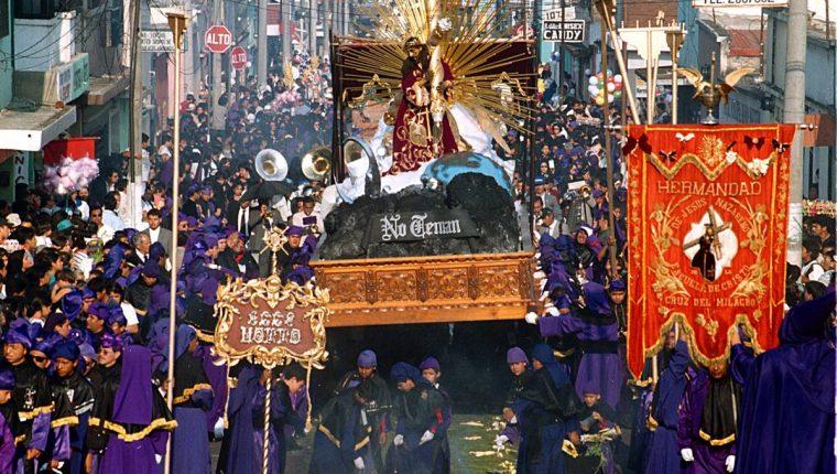 Entre cucuruchos de color morado y negro avanza el Nazareno durante la Semana Santa. Procesión de Lunes Santo. (Foto: Hemeroteca PL)