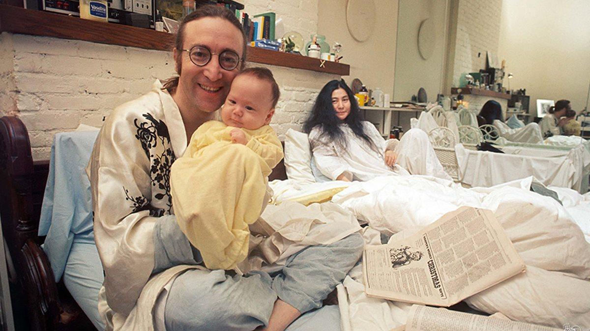 John Lennon en su dormitorio junto a su esposa Yoko Ono y su hijo Sean Lennon. (Foto Prensa Libre: johnlennon.com)