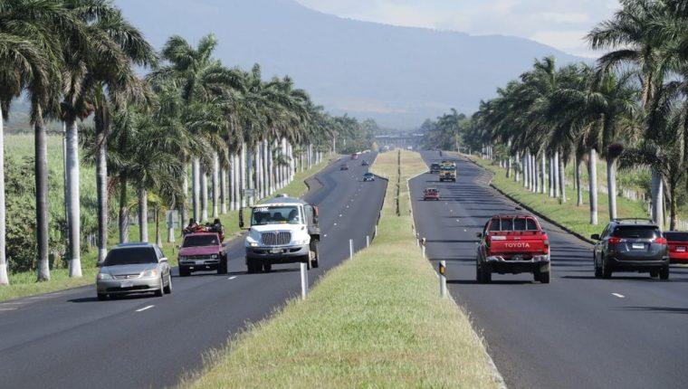 La afluencia de usuarios en la autopista Palín-Escuintla fue baja este lunes, si embargo, se espera un mayor movimiento por la operación retorno entre el martes y miércoles, según directivos de Siva que administra el tramo. (Foto Prensa Libre Carlos Enrique Paredes)