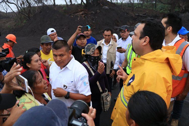 Los manifestantes le reprocharon al ministro la poca respuesta de parte del gobierno y amenazaron con tomar medidas de hecho en caso no les presten atención.