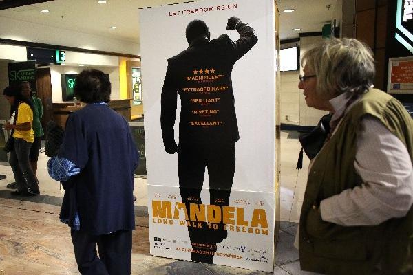 Público sudafricano asiste al estreno del filme Mandela: Long Walk To Freedom. (Foto Prensa Libre: AFP)