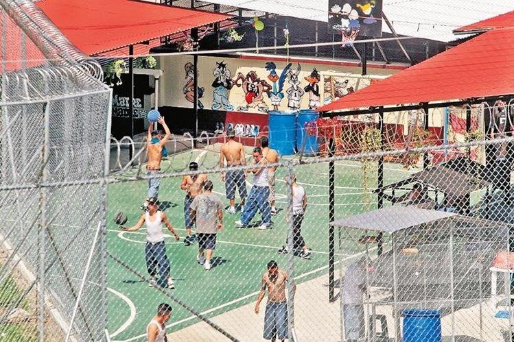 Pandilleros del Barrio 18 recluidos en el sector 11 del Preventivo para hombres. (Foto Prensa Libre: Hemeroteca PL)