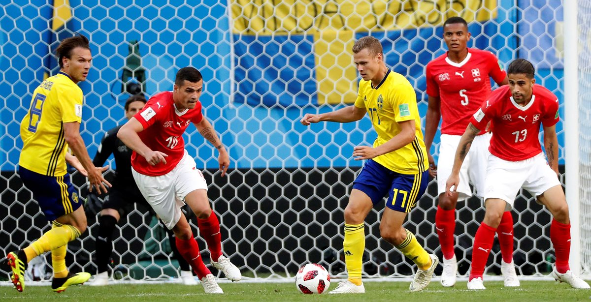 Acción durante el partido entre Sueica y Suiza, por los octavos de final de Rusia 2018. (Foto Prensa Libre: EFE)
