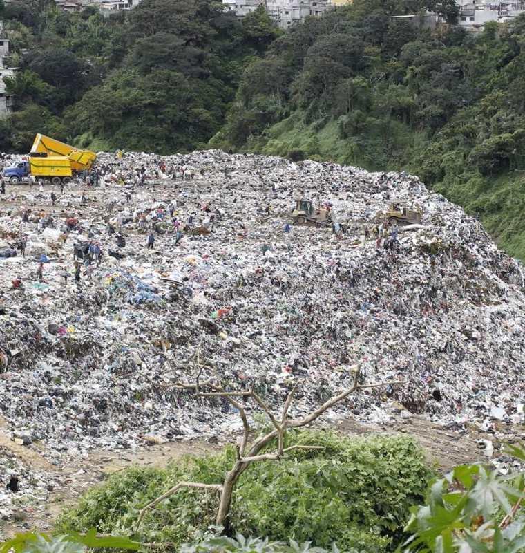 Cada día, al vertedero de la zona 3 de la capital llegan tres mil 200 toneladas de desechos. (Foto Prensa Libre: Paulo Raquec)