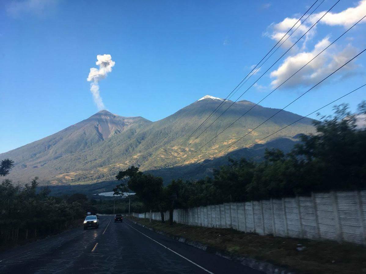 Volcanes de Fuego y Acatenango embellecen paisaje guatemalteco