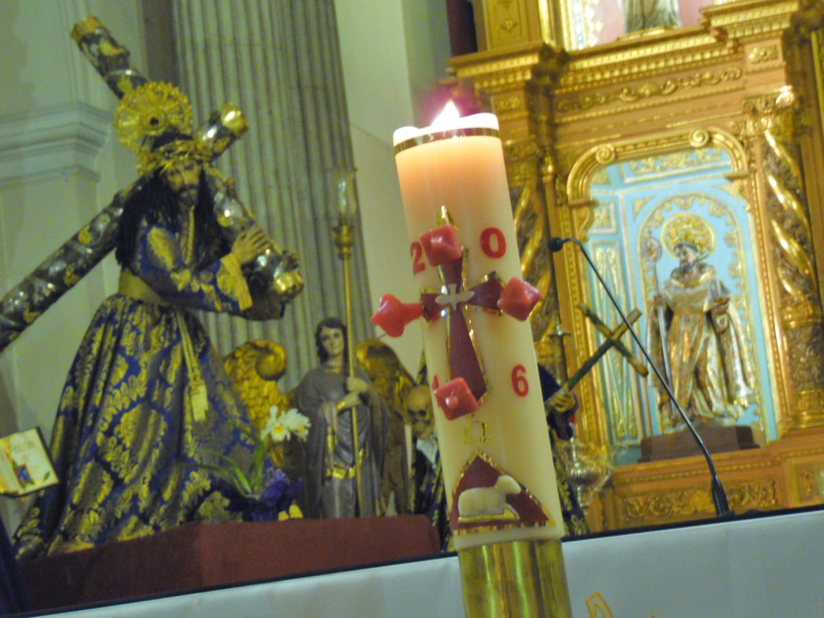 El Cirio Pascual se enciende con el fuego bendecido durante la Vigilia Pascual. (Foto: Néstor Galicia)
