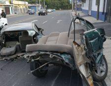 El vehículo quedó partido por el impacto. (Foto Prensa Libre: Érick Ávila)