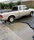 El Naranjo es una de las vías más afectadas por los hoyos en el asfalto; en tanto, la Municipalidad de Mixco no inicia ningún plan de bacheo. (Foto Prensa Libre: Érick Ávila)