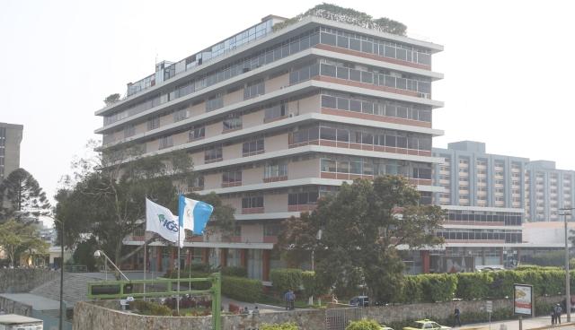 Oficinas centrales del Seguro Social ubicadas en el Centro Histórico. (Foto Prensa Libre: Hemeroteca PL)