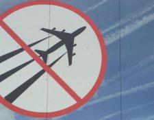 Algunos están convencidos que las estelas blancas que dejan los aviones son evidencia de un complot para rociarnos de químicos. (Foto: Suzanne Maher)