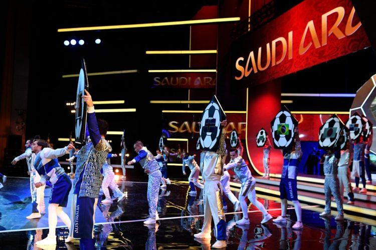 Presentación artísticas durante la ceremonia del sorteo de Rusia 2018. (Foto Prensa Libre: AFP).