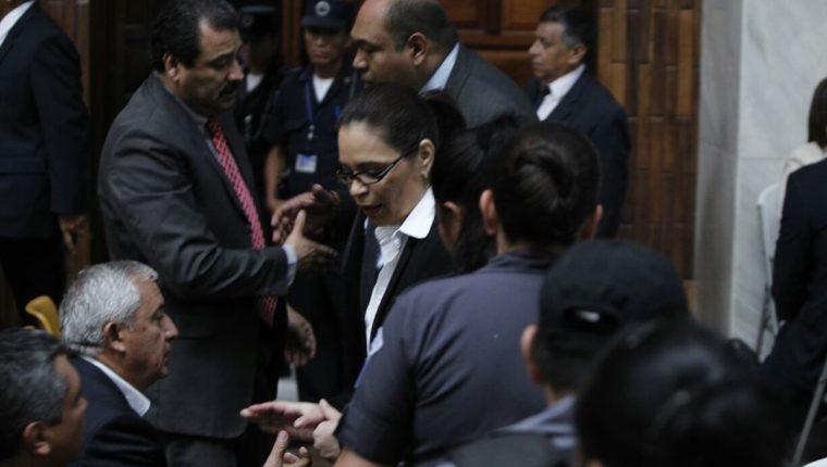 Otto Pérez Molina y Roxana Baldetti se saludan previo a escuchar la imputación en su contra, en la Sala de Audiencias de la CSJ. (Foto Prensa Libre: Paulo Raquec)