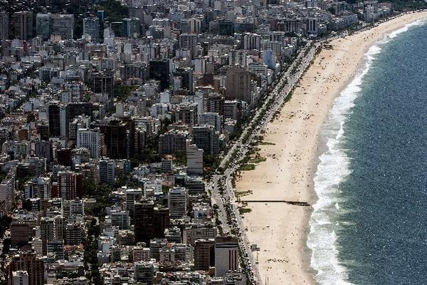 """La iniciativa de este """"Toplessao""""  surgió de una joven de 23 años en Brasil. (Foto Prensa Libre: AFP)"""