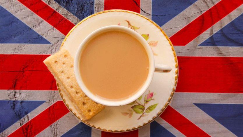 Por qué los ingleses le ponen leche al té (y 4 otras cosas que tal vez no sabías de la infusión más popular del mundo)