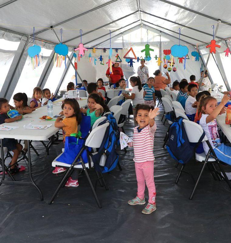 Niños damnificados por la erupción del Volcán que participaron en la actividad de los personajes de Plaza Sésamo. (Foto Prensa Libre: Carlos Paredes)