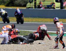 Dani Pedrosa observa a Andrea Dovizioso y Jorge Lorenzo luego de chocar en la carrera de este domingo en el GP de España. (Foto Prensa Libre: AFP)
