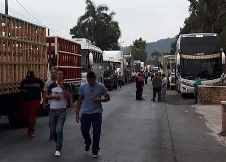 El bloqueo afecta miles de automovilistas y usuarios de autobuses que han tenido que caminar por varios kilómetros para llegar a sus destinos.(Foto Prensa Libre: Dony Stewart)