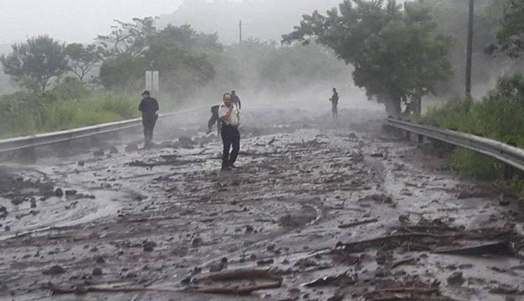 La Ruta Nacional 14 quedó inhabilitada debido al material volcánico que cayó sobre ella durante la erupción del Volcán de Fuego, el 3 de junio. (Foto Prensa Libre: Hemeroteca PL).