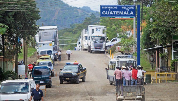 Aspecto de las filas de  vehículos en espera para pasar la   frontera Guatemala El Salvador.  (Fotografía Prensa Libre.  Edwin Bercián).