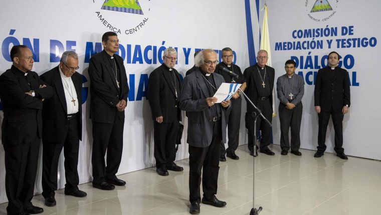 El cardenal Leopoldo Brenes (c) lee el informe sobre una reunión de propuesta con el gobierno de Nicaragua. (Foto Prensa Libre:EFE).