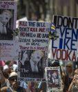 Manifestantes piden juicio político contra Trump durante una manifestación en Los Ángeles. (Foto Prensa Libre: AFP)