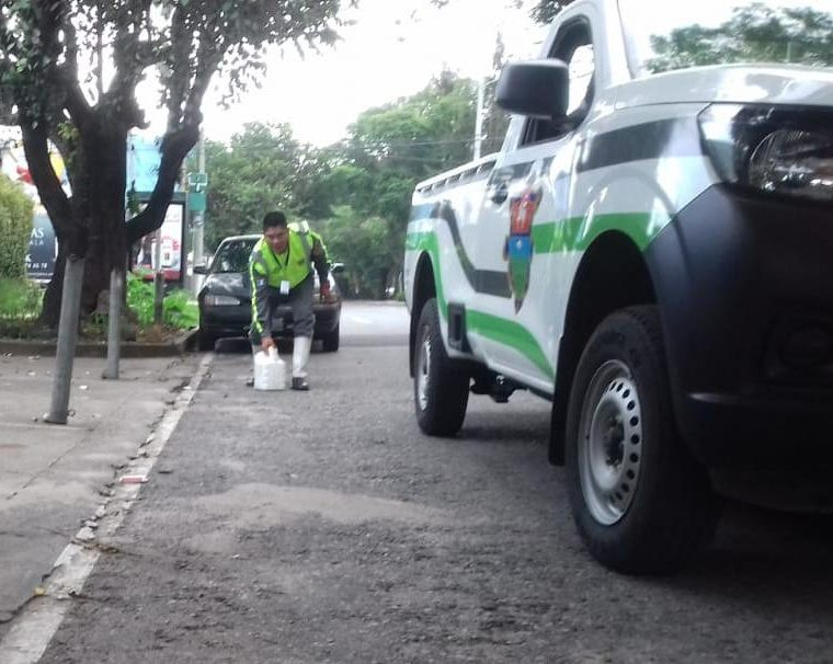 Todo tipo de obstáculos son colocados por cuidadores de carros en la capital. (Foto Prensa Libre: Cortesía PMT)