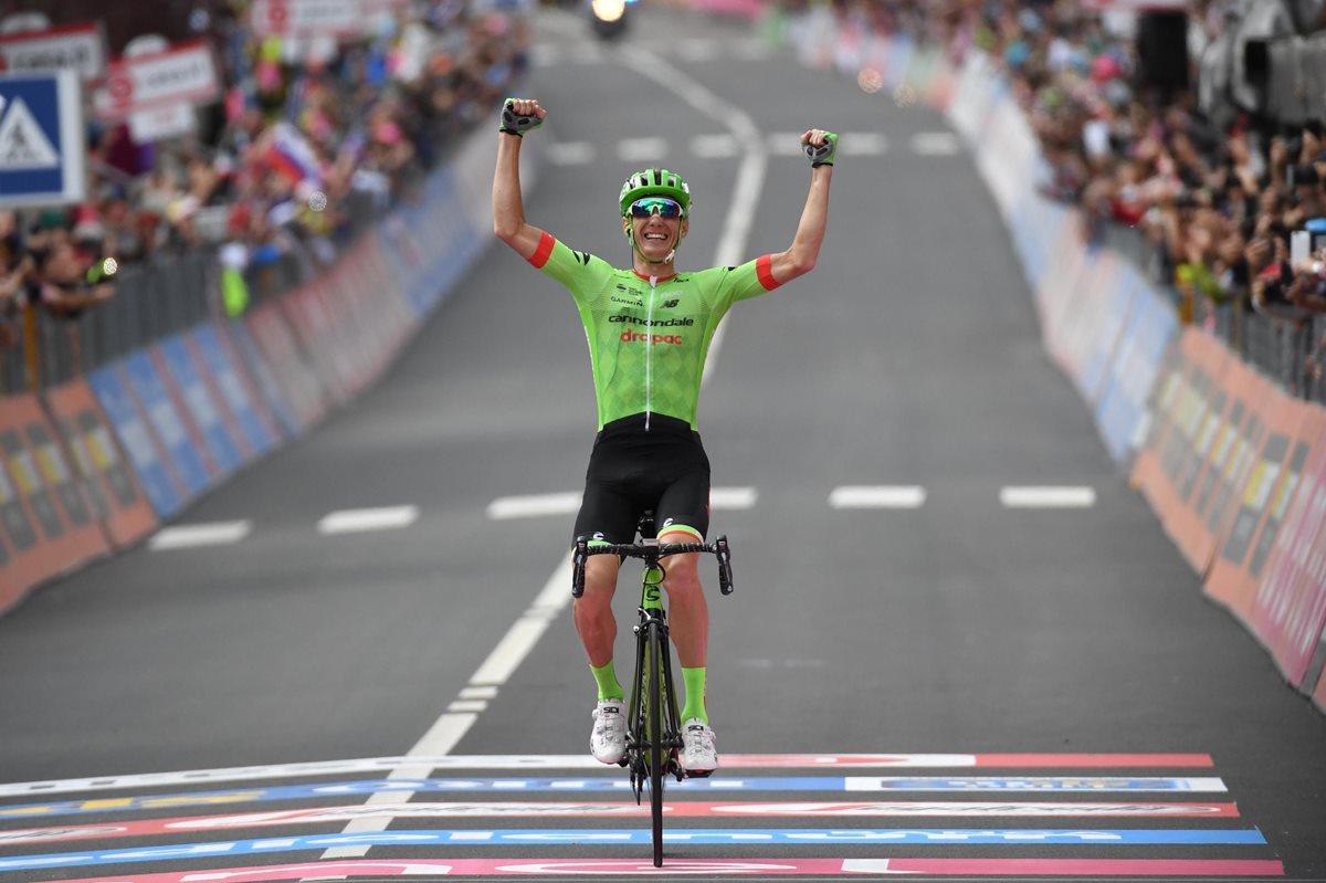 Pierre Rolland celebra luego de ingresar en primer lugar a la meta. (Foto Prensa Libre: AP)