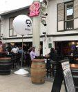 Vitrinas con la imagen del conocido narco Pablo Escobar son características del restaurante en Singapur que ha levantado controversia. (Foto Prensa Libre: AFP)