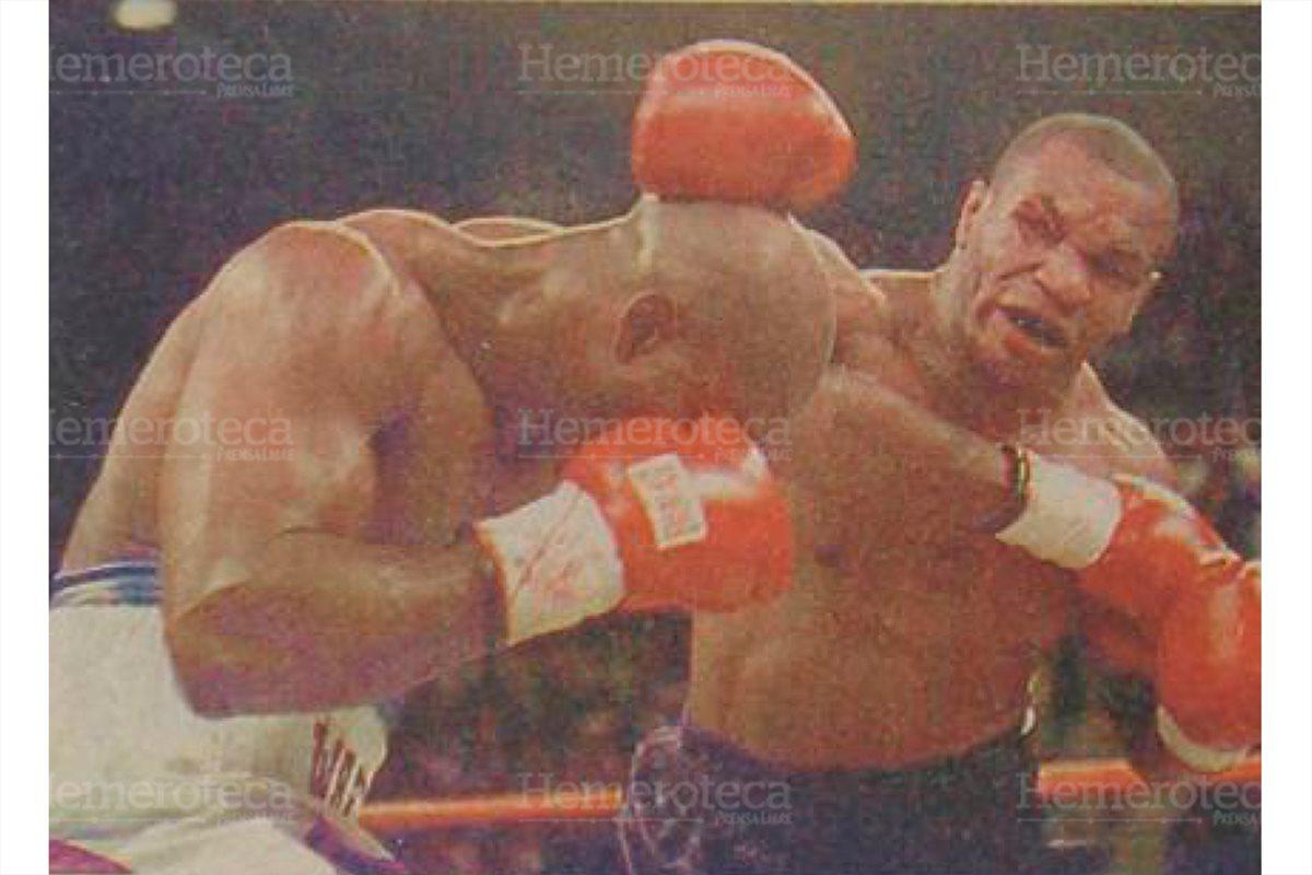 Evander Holyfield y Mike Tyson se enfrascaron en duros golpes durante la pelea del siglo. 28/6/1997. (Foto Hemeroteca PL)