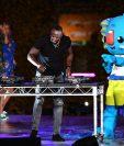 Usain Bolt demostró su ritmo junto a Borobi en la ceremonia de clausura de los juegos de Commonwealth. (Foto Prensa Libre: AFP)