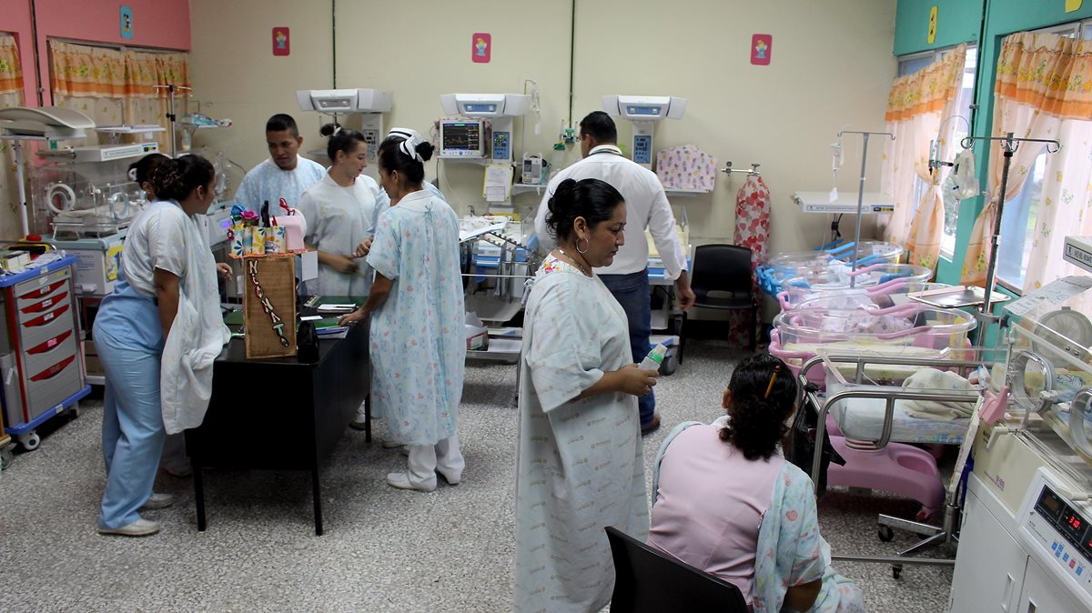 La ministra de Salud, Lucrecia Herández, busca que se atienda en los centros de salud el mal de ojo y otros males ancestrales. (Foto Prensa Libre: Hemeroteca PL)