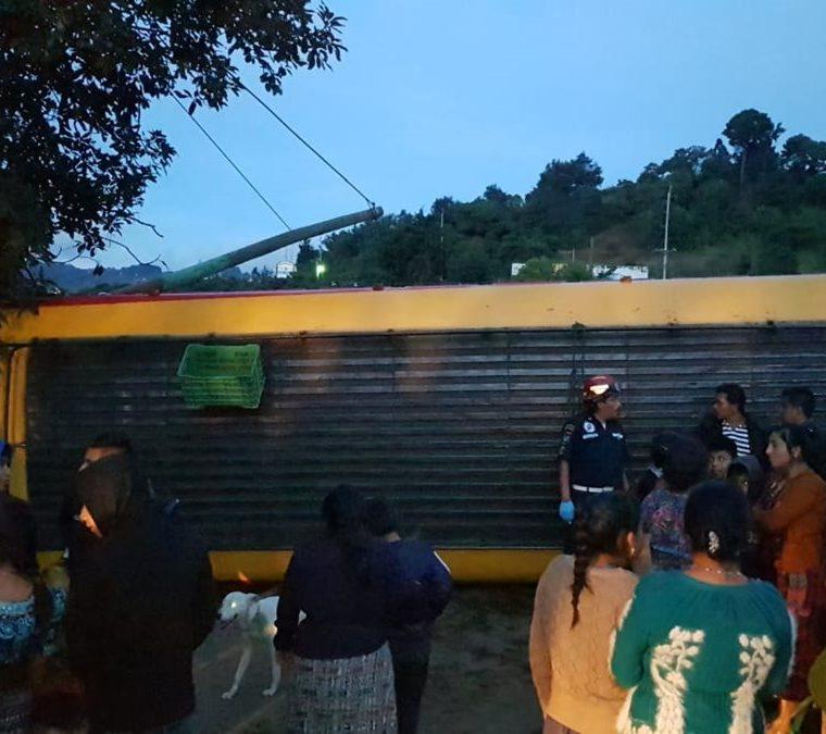 Al autobús quedó atravesado en el km 34.5 de la ruta Interamericana, en Santa María Cauque, Santiago Sacatepéquez. (Foto Prensa Libre: CBMD)