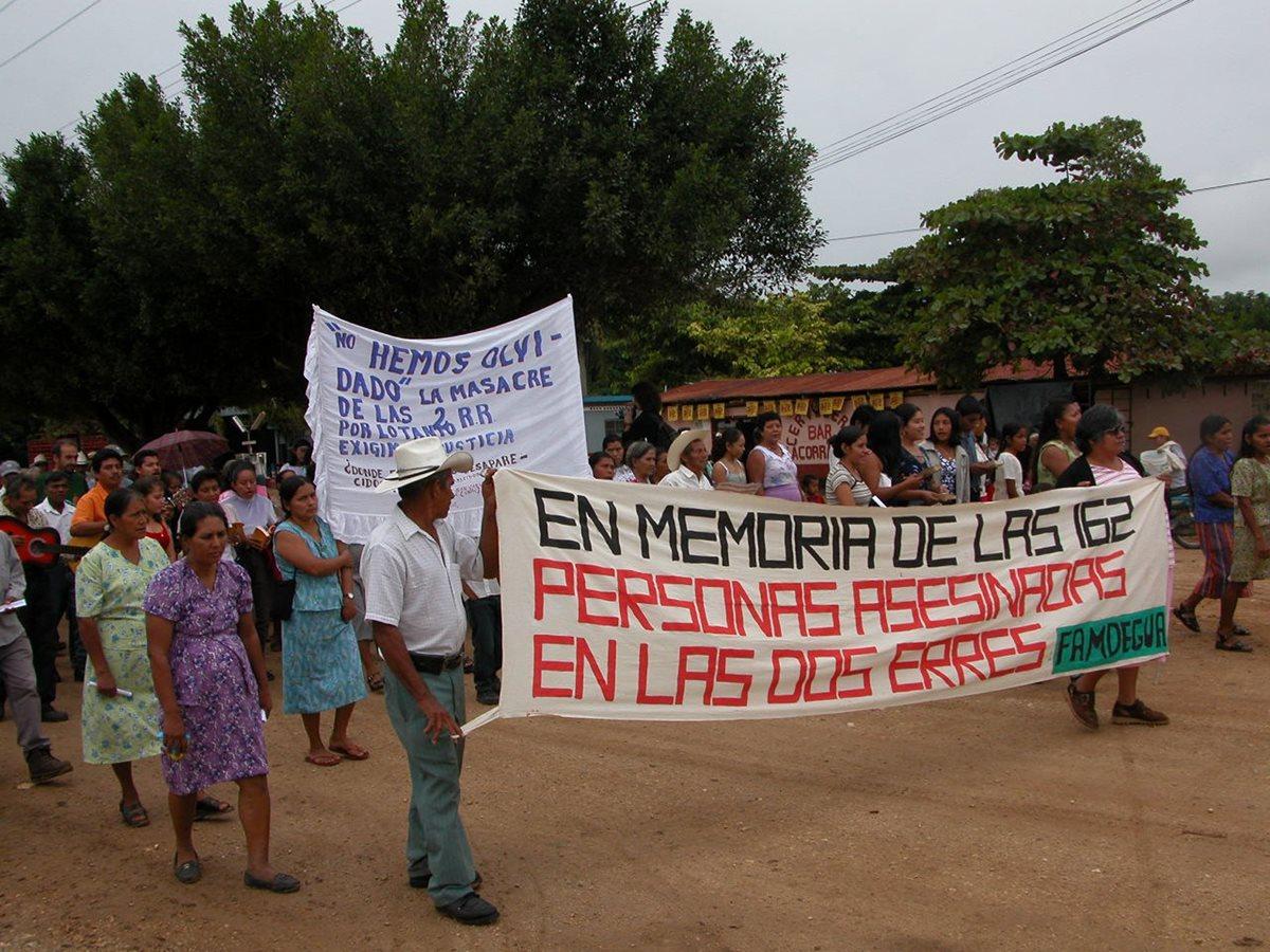 Pobladores de aldea Las Dos Erres, La Libertad, Petén, marchan en memoria de las víctimas masacradas en 1982. (Foto Prensa Libre: Hemeroteca PL)
