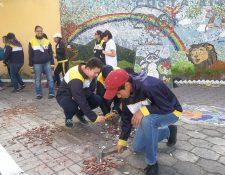 Estudiante del colegio Bilingüe Pascal ayudan a restaurar la Plaza Costa Rica, la cual fue dañada por vándalos en marzo de este año. (Foto Prensa Libre: Fred Rivera)