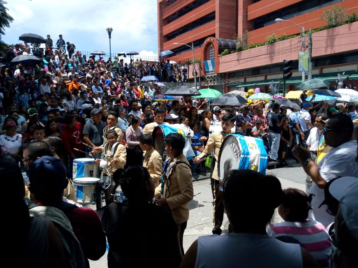 Los guatemaltecos abarrotaron los alrededores del Parque Enrique Gómez Carrillo para observar el desfile de independencia. (Foto Prensa Libre: Óscar Rivas)