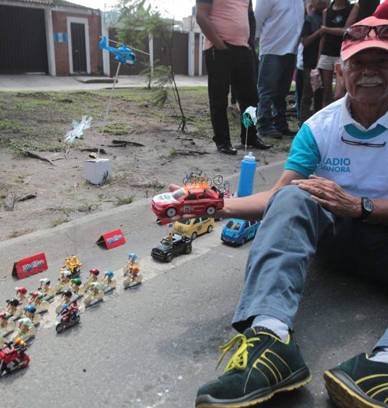 Don Mario Roberto muestra con orgullo su creación que este 2018 ha llegado a tres años. (Foto Prensa Libre: Norvin Mendoza)