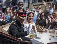 Los recién casados, el príncipe Harry y Meghan Markle, dan un paseo en carruaje después de su boda real en la capilla de St. George en el castillo de Windsor. (Foto Prensa Libre, EFE).