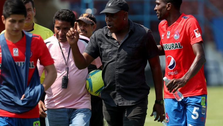 Hernán Medford explotó contra la cuarteta arbitral al finalizar el partido que Municipal perdió 3-2 contra Xelajú MC. (Foto Prensa Libre: Carlos Vicente)