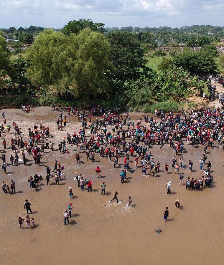 Hondureños cruzan el río Suchiate en su camino hacia México y Estados Unidos.(Foto Prensa Libre: AFP)