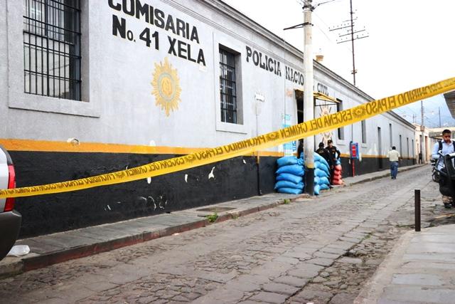 El incidente en el que resultó herido un agente de la PNC ocurrió la mañana de este jueves en la Comisaria 41, en la zona 1 de Xela. (Foto Prensa Libre: María José Longo)