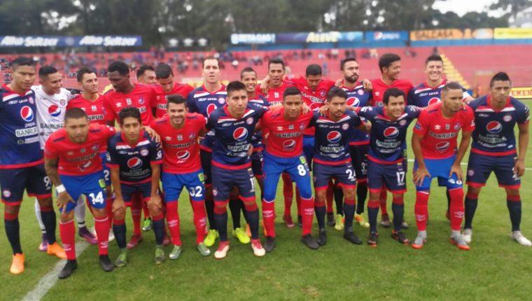 Los jugadores de Municipal y Xelajú MC se unieron para buscar mejoras para el futbol guatemalteco. (Foto Prensa Libre: Carlos Vicente)