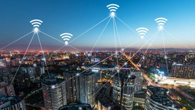 El teléfono consume mucha energía para intentar conectarse a una red saturada o con una señal baja. GETTY IMAGES