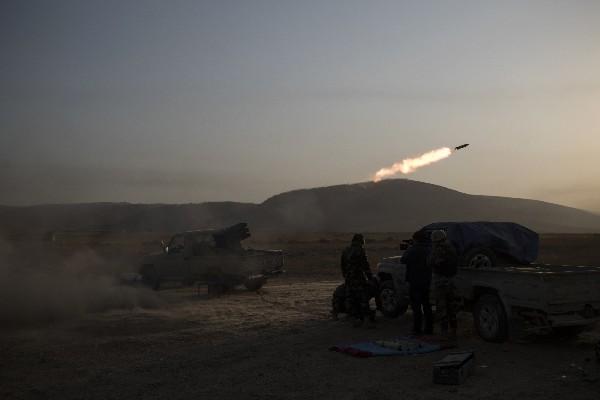 Fuerzas kurdas disparan artillería contra posiciones del estado Islámico.(AFP).