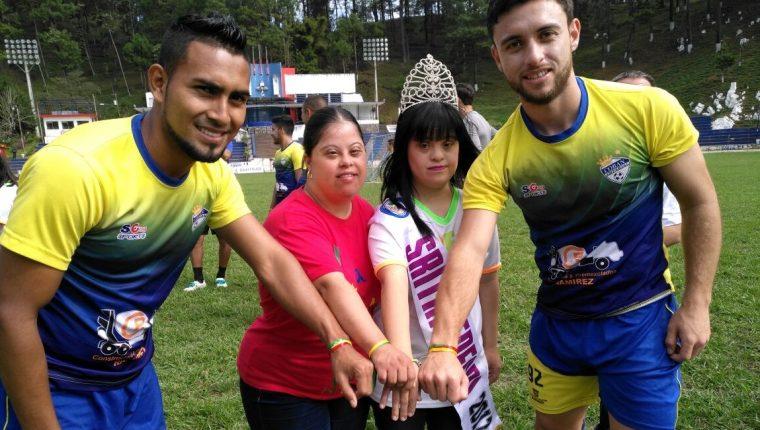 Delfino Álvarez y Henry López junto a dos niñas de Edecri muestran los listones de Enlázate. (Foto Prensa Libre: Cortesía La Red)